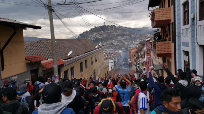 Los indígenas levantaron los brazos para evitar el ataque la policía.
