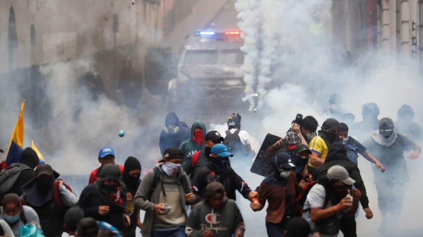 Los manifestantes mantienen un fuerte enfrentamiento con la Policía.