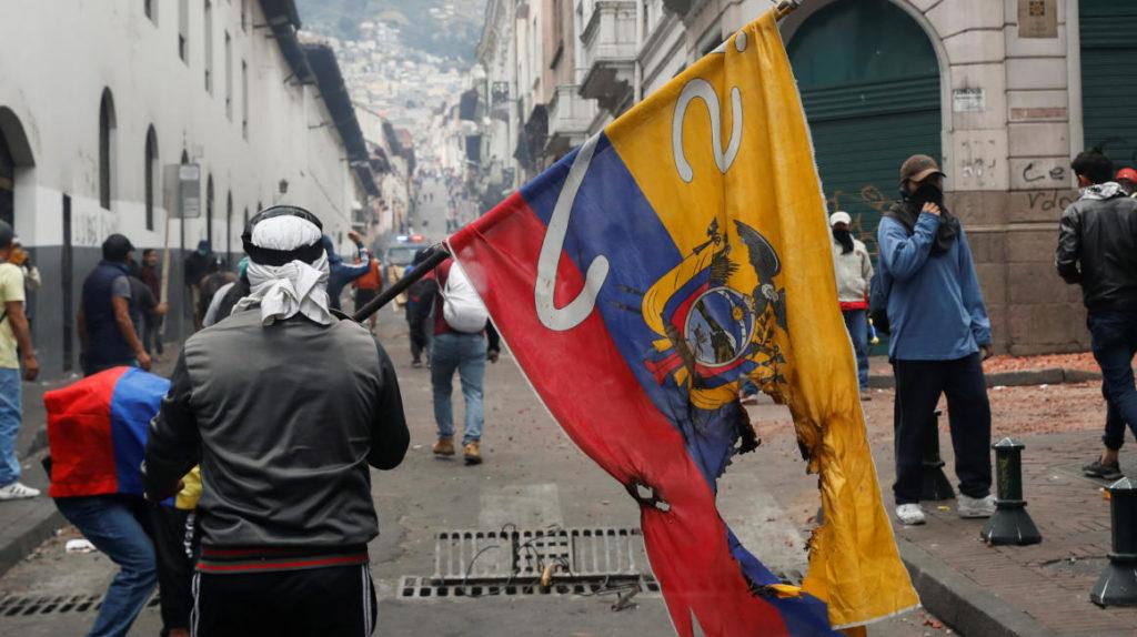 La marcha de los sindicatos en Quito llega al cerco policial y se desvía ante los violentos