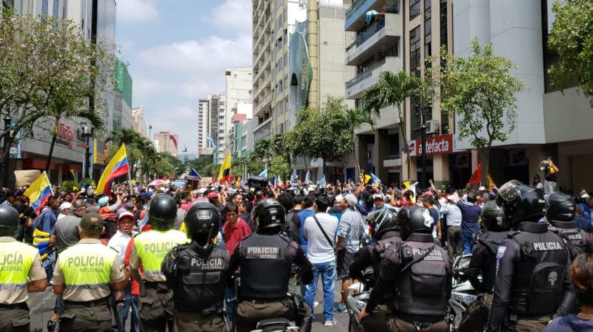 Sindicatos iniciaron una marcha en la avenida 9 de Octubre en Guayaquil.