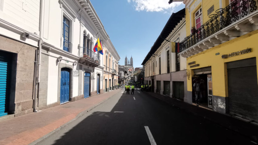 Policías junto a una barricada en el Centro Histórico de Quito.