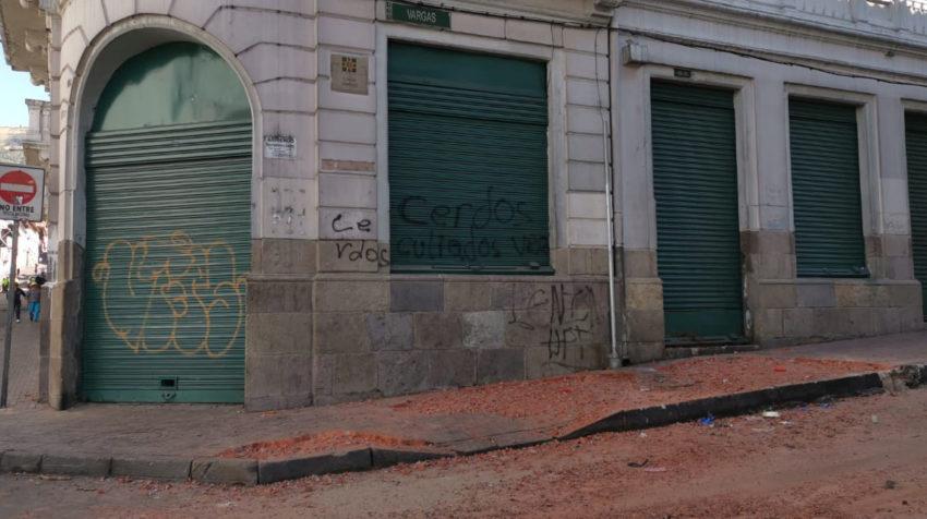 Policías y vecinos del Centro Histórico estuvieron limpiando los escombros las calles tras las protestas.