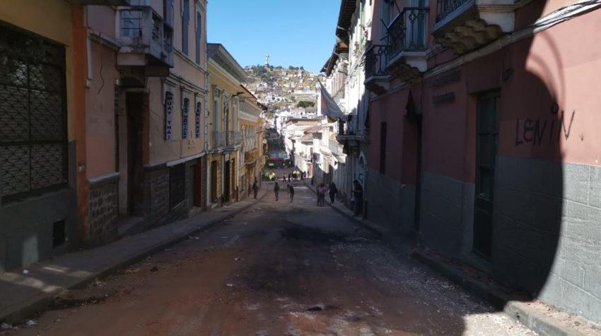 Policías y vecinos del Centro Histórico estuvieron limpiando los escombros las calles tras las protestas de octubre de 2019.