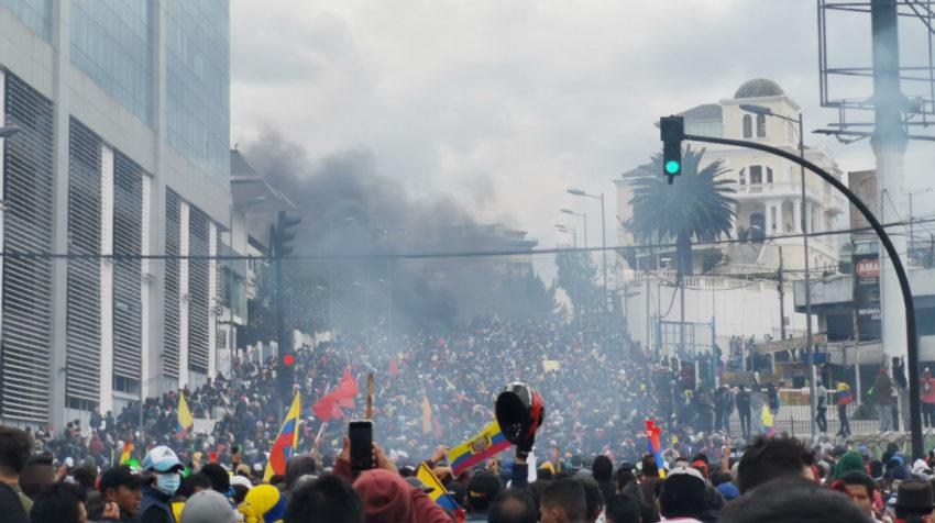 Los manifestantes se enfrentan con la Policía que custodia la Asamblea Nacional, el 8 de octubre de 2019.