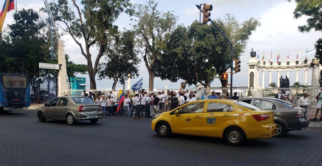 Ciudadanos rechazan la violencia con un plantón pacífico