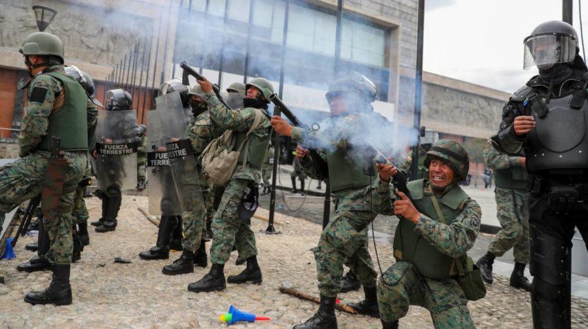 Militares disparan bombas lacrimógenas para alejar a los manifestantes en el sector de la Asamblea Nacional, el 8 de octubre de 2019.