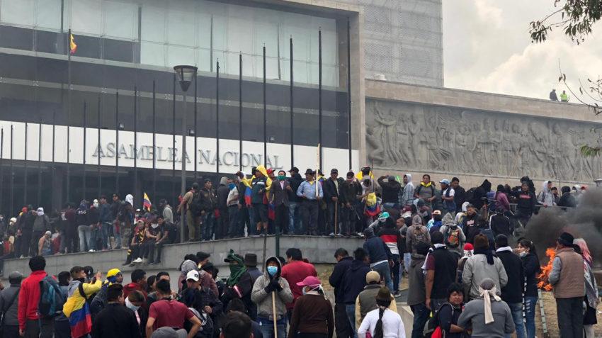 Manifestantes rompieron el cerco policial e ingresaron a la plaza principal de la Asamblea Nacional.
