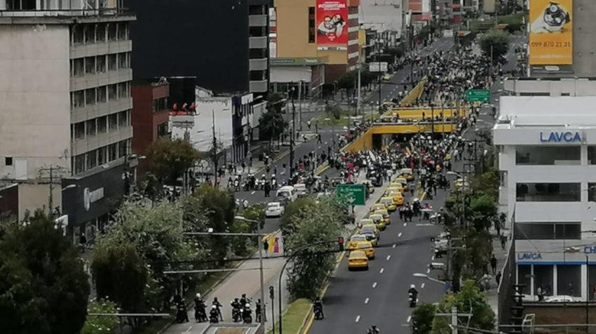 Marcha de manifestantes en la intersección de las avenidas 10 de Agosto y Naciones Unidas.