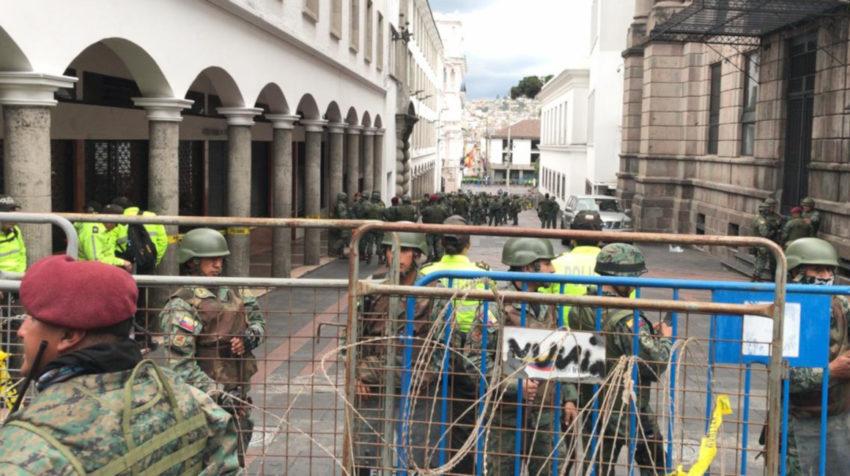 Militares refuerzan la seguridad en el Palacio de Carondelet.