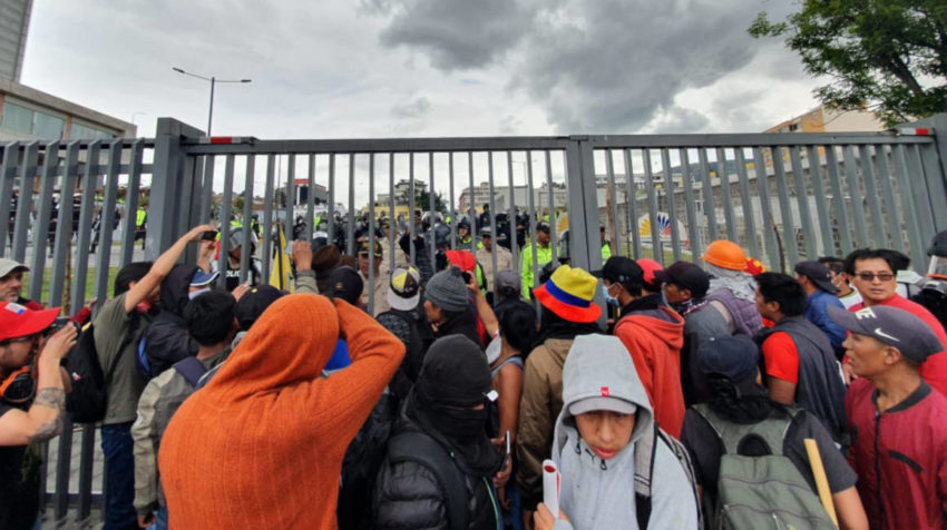 Manifestantes junto a las rejas de la Asamblea Nacional.