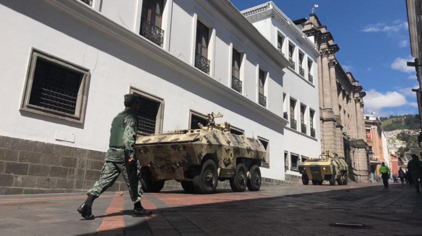 Un fuerte resguardo se mantiene en las afueras del Palacio de Gobierno.