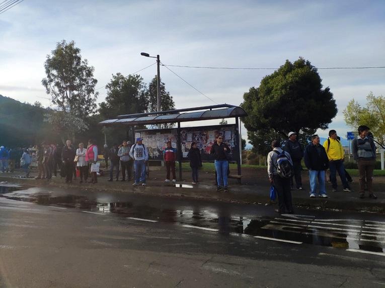 Pasajeros esperan por buses de transporte público en el sector Monjas.