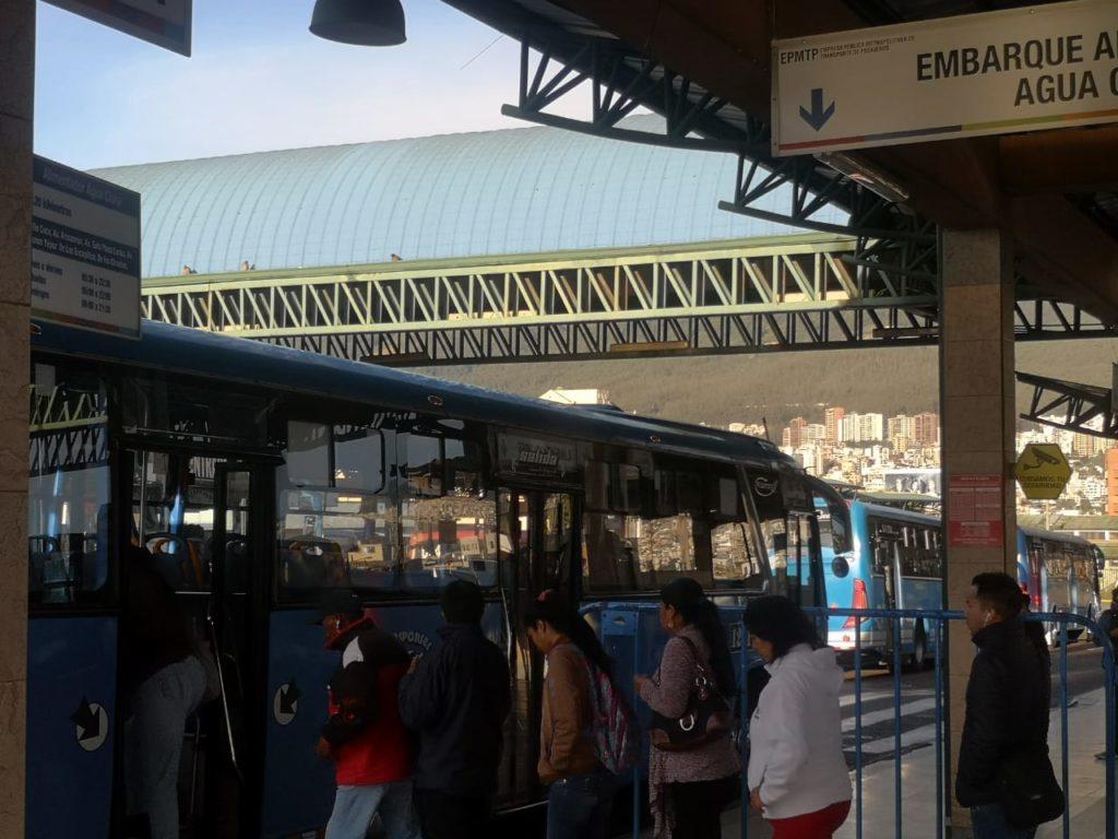 Trolebús y Ecovía funcionan con normalidad, pero persiste cierre parcial de vías en Quito