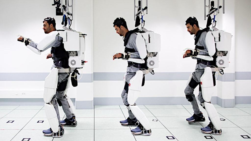 Hombre paralizado camina con exoesqueleto controlado con el cerebro