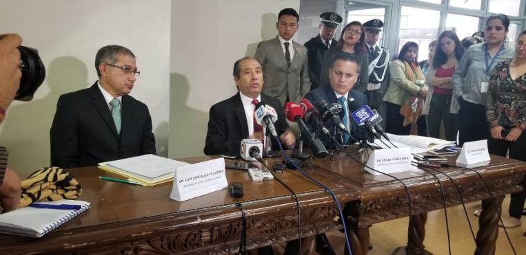 Luis Enríquez (Izq.) y Édgar Flores, Jueces de la Corte Nacional de Justicia destituidos por el CJ, junto a su abogado Cristian Romero (Dcha.)