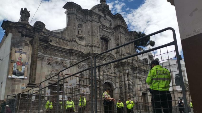 La iglesia de La Compañía, con fuerte resguardo policial.