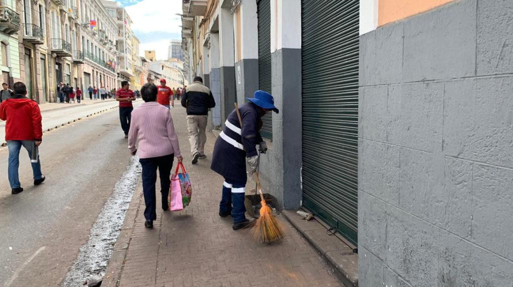 Ciudadanos arreglan destrozos tras las protestas del jueves