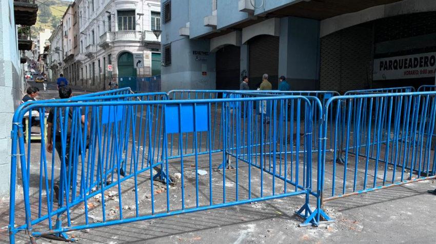 Ciudadanos limpian las calles y retiran escombros de las calles Del Centro Histórico de Quito.