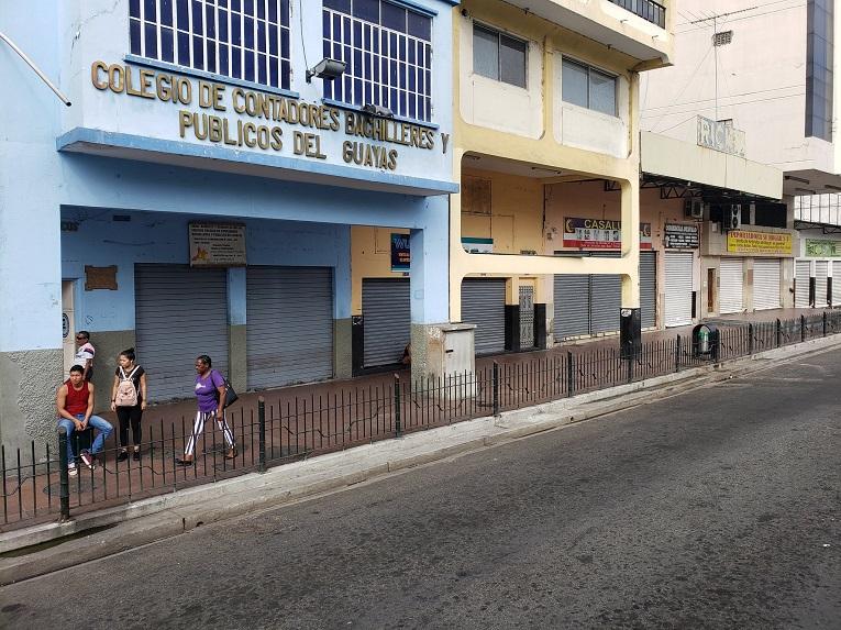 Locales cerrados en el centro de Guayaquil, cerca de la Bahía.