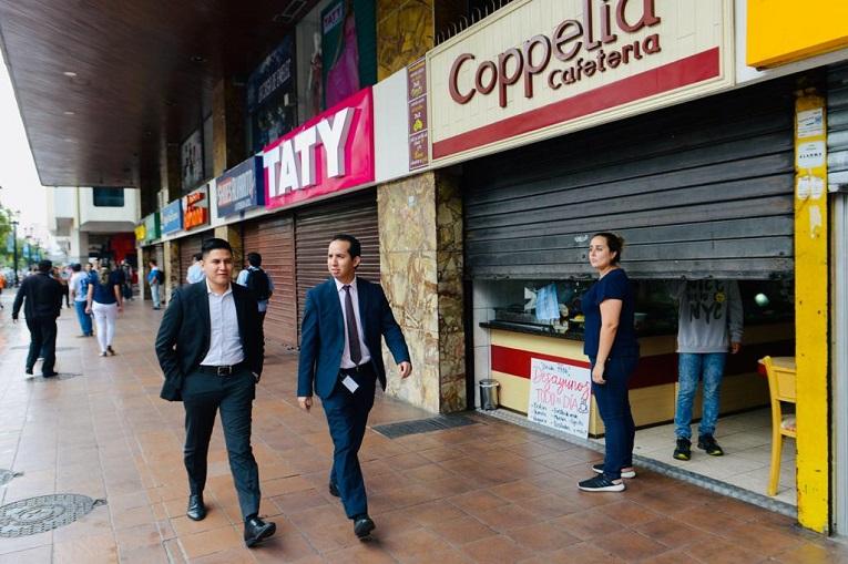 Comerciantes cerraron varios de los locales ubicados en la Av. 9 de Octubre y Pedro Carbo, centro de Guayaquil.