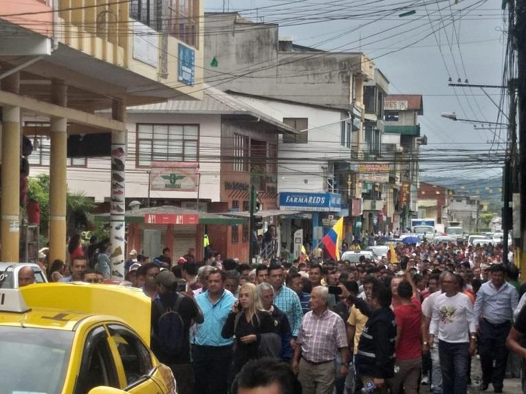 Manifestantes marchan en una de las calles de Puyo (Pastaza).