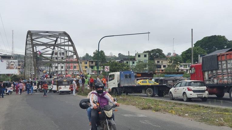 Buses de transporte urbano e interprovincial bloquean el puente sobre el río Quinindé.