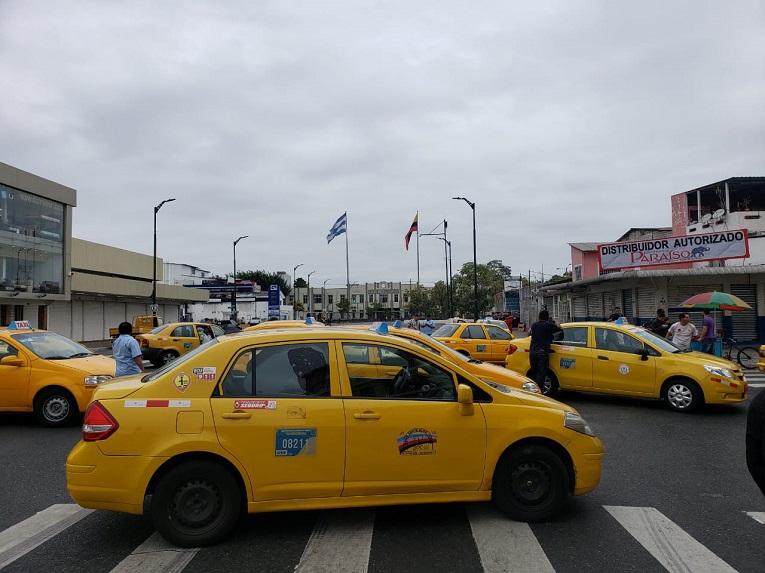 El paro del gremio de taxistas inició en el centro de Guayaquil y avanzará hacia la Gobernación.