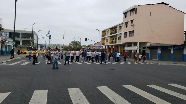 Los taxistas han colocado sus unidades para obstaculizar el paso vehicular en el centro de Guayaquil.