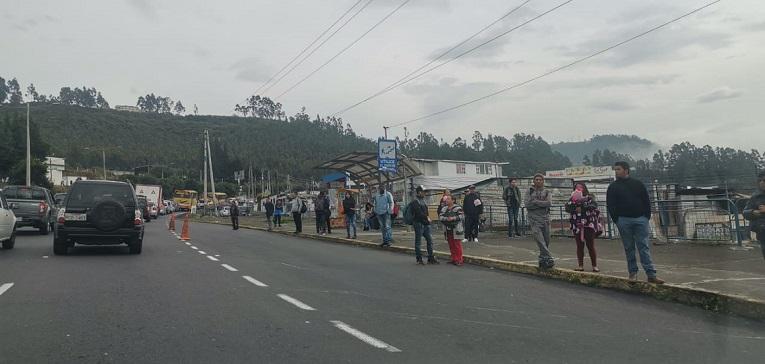 Pasajeros se aglomeran en la autopista General Rumiñahui, donde se observa poco flujo vehicular., el 3 de octubre de 2019