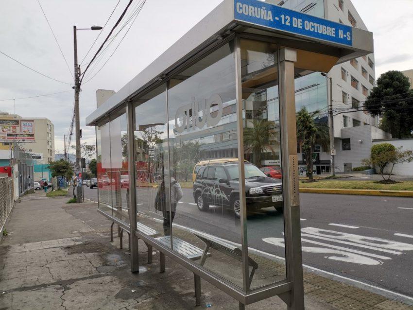 Sin buses: así luce una parada de transporte urbano en el norte de la capital.