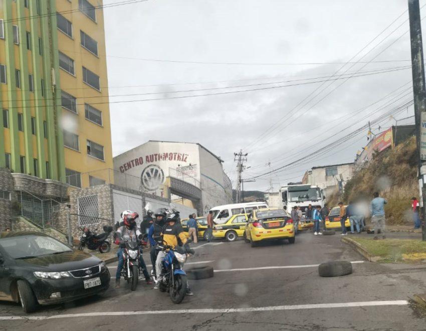Taxistas y chóferes de buses se concentran en Quito como parte del paro nacional.