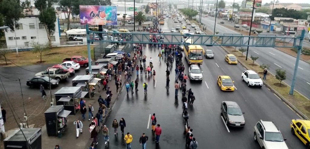 Manifestantes bloquean el acceso de varias vías en Quito