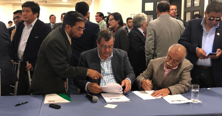 Los dirigentes del transporte, firmando la resolución emitida el 2 de octubre de 2019, en contra del Decreto 883.