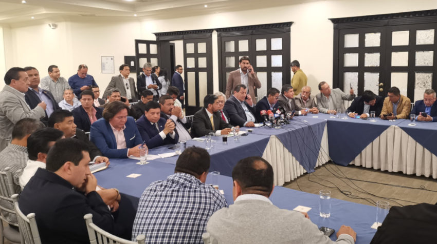 Dirigentes de una quincena de federaciones y cámaras del transporte nacional se reunieron en Quito, el 1 de octubre. Decidieron paralizar actividades si el diésel sube de precio.