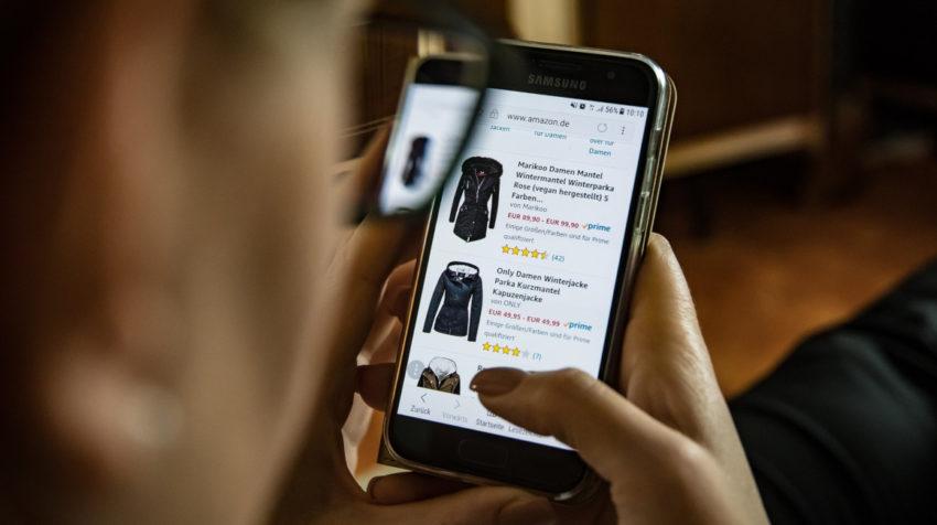 Usuario con un teléfono revisando la página de Amazon.