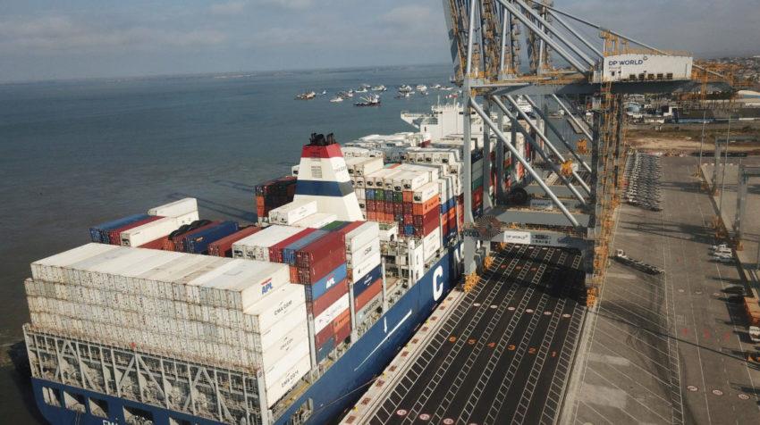 Terminales marítimas y aéreas son empleadas para  exportar productos desde Ecuador.