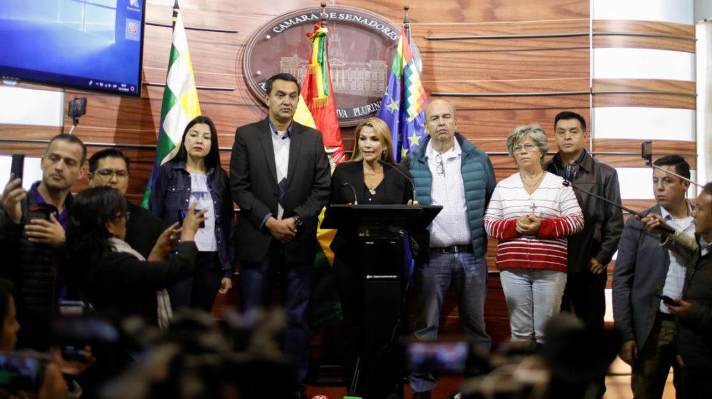 Opositores a Morales buscan nombrar gobierno interino, persiste tensión en Bolivia