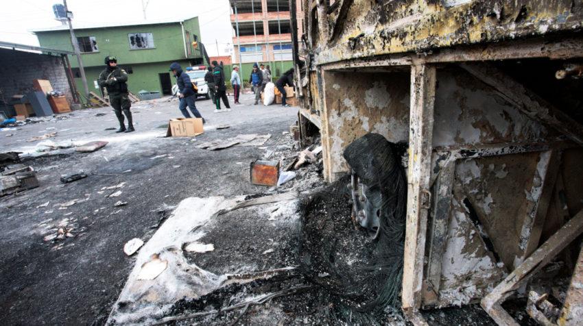 Un policía mira los destrozos por las protestas en El Alto