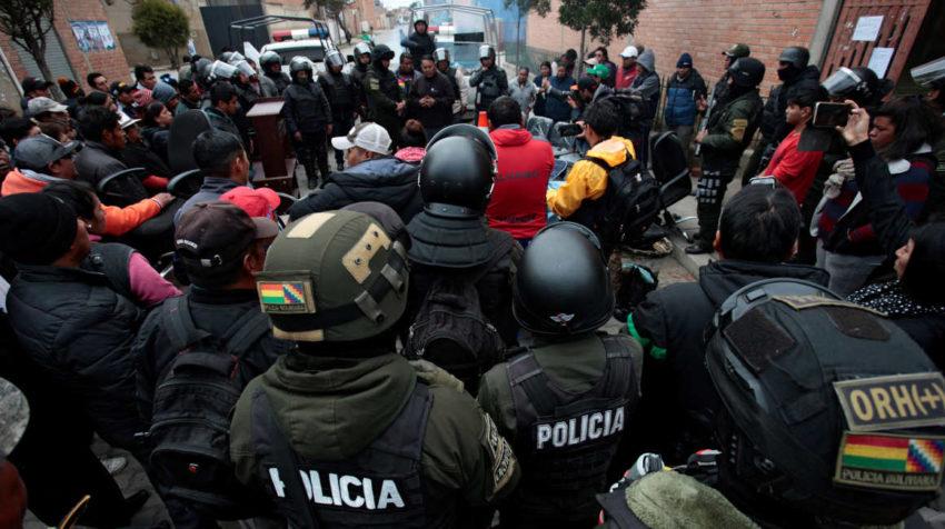 Policía intentan recuperar el control en las calles de Bolivia.