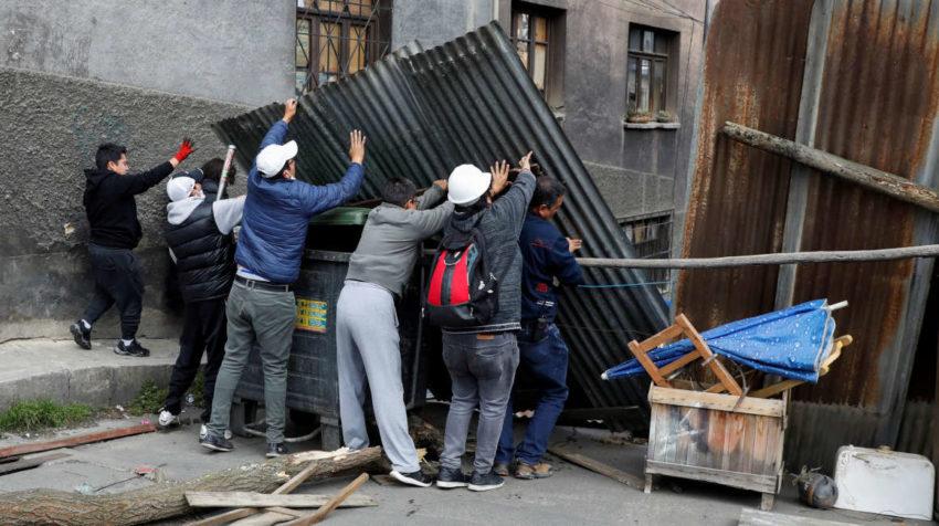 Habitante de La Paz arman barricadas para defender sus viviendas de posibles manifestantes.