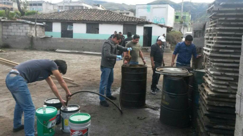 Ecuador 'comercializa' gasolina y medicamentos en el mercado negro