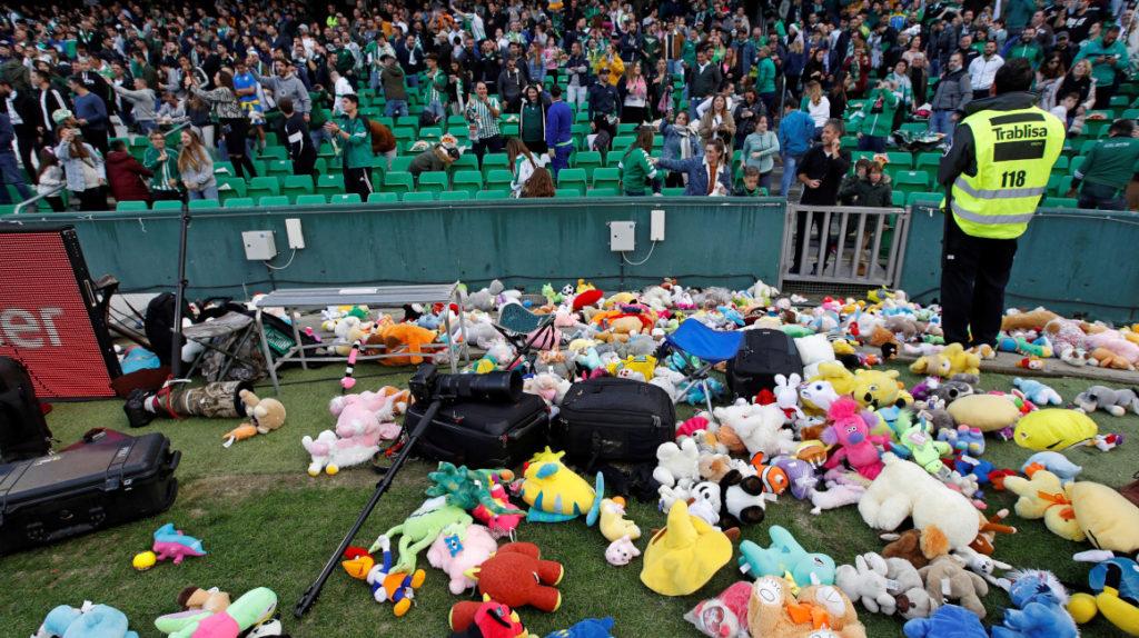 Los hinchas del Betis arrojaron peluches a la cancha para donar a niños