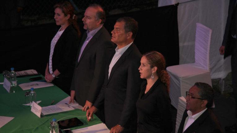 Richard Espinosa y Rafael Correa (centro) en un evento del Seguro Social, el 31 de marzo de 2015.