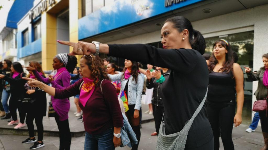 Desde Quito, mujeres cantan 'Un violador en tu camino' en lengua de señas