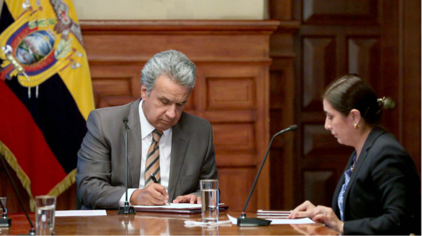 Foto de referencia: el presidente Moreno, junto a Johana Pesántez, secretaria jurídica de la Presidencia, firmando un decreto ejecutivo, en octubre de 2017.
