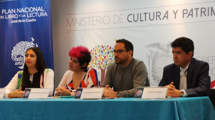 Oswaldo Almeida (extremo derecho) durante la rueda de prensa de presentación de agenda de la FIL de Quito, 2019, en diciembre pasado. Junto a Sara Jaramillo, representante de OEI; María Fernanda Ampuero, exgerenta del Plan nacional de Lectura y Juan Fernando Velasco, ministro de Cultura