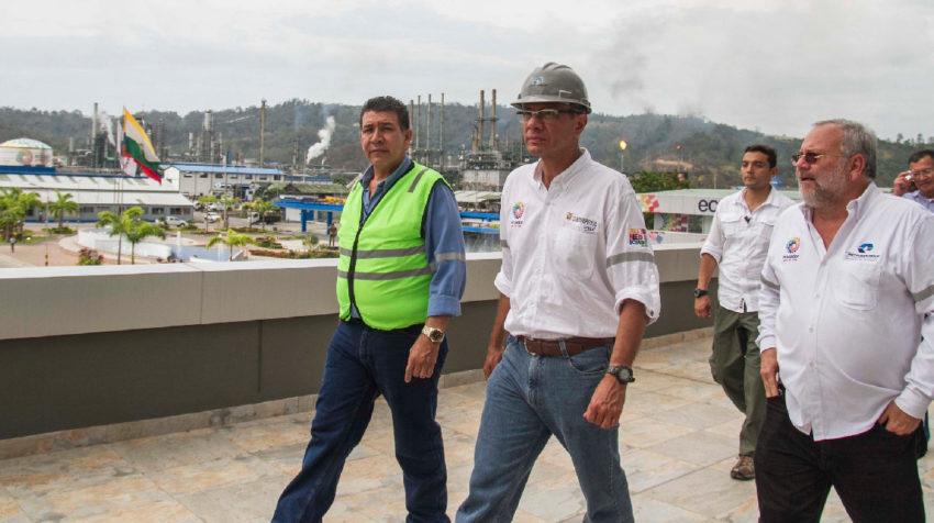 El exvicepresidente Jorge Glas y el exgerente de Petroecuador, Carlos Pareja Yanuzzelli, recorren la Refinería de Esmeraldas en 2015. WorleyParsons se encargó de supervisar su fallida rehabilitación.