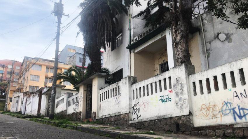 La única casa abandonada en la calle Nicolás Jiménez y Av. 12 de octubre, en el note de Quito.
