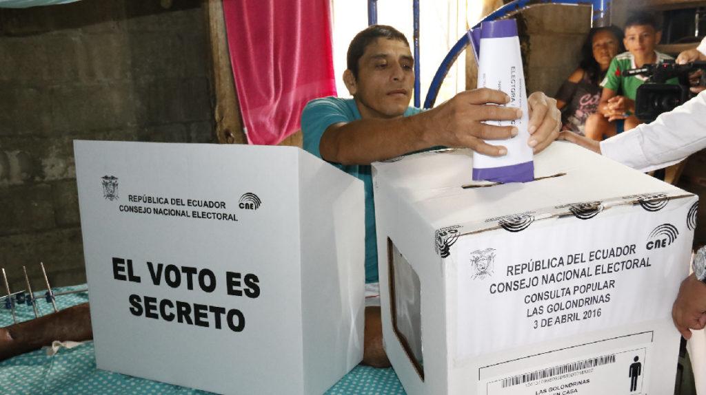 Extranjeros con residencia legal pueden registrarse en línea para votar en 2021