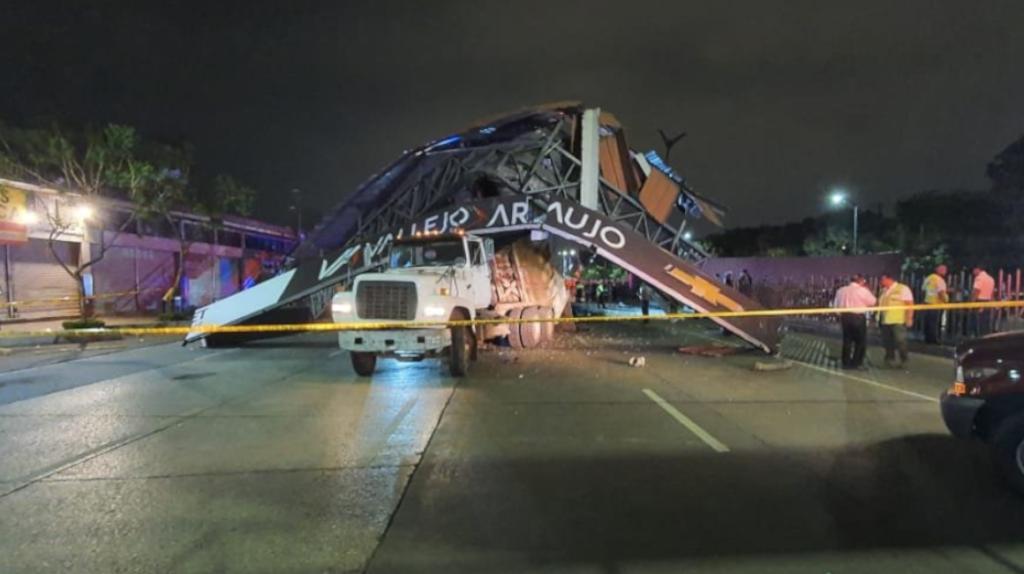 Volqueta derriba paso peatonal en Guayaquil